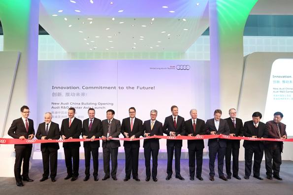 Eröffnungszeremonie unter anderem mit Dr. Dietmar Voggenreiter, Präsident von Audi China, Rupert Stadler, Vorstandsvorsitzende der AUDI AG, Prof. Jochem Heizmann, Präsident der Volkswagen Group China und Vorstandsmitglied des Volkswagen Konzerns (Mitte).