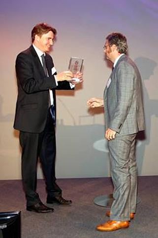 Dr. Christian von Thaden, Managing Partner Batten & Company, überreicht im Hyatt Regency in Düsseldorf den Preis für den 3. Platz an Orazio Costadura, Leiter Marken- und Kundenstrategie AUDI AG