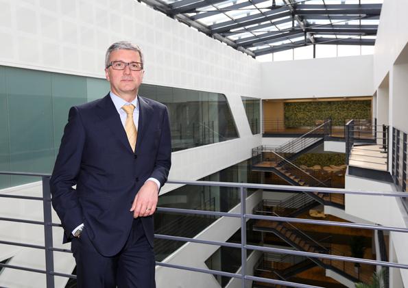Rupert Stadler, Vorsitzender des Vorstands der AUDI AG bei der Besichtigung des Gebäudes.